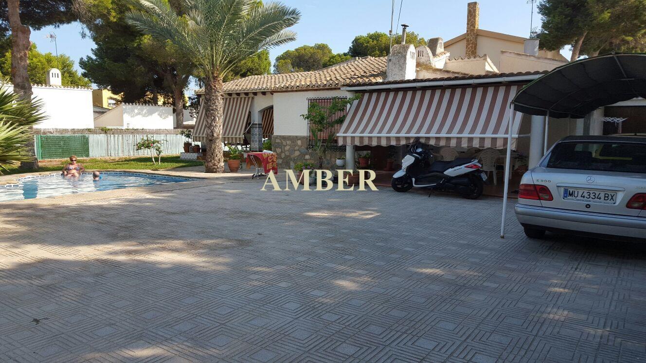 Отдельная вилла с частным бассейном на продажу в Punta Prima, Torrevieja.