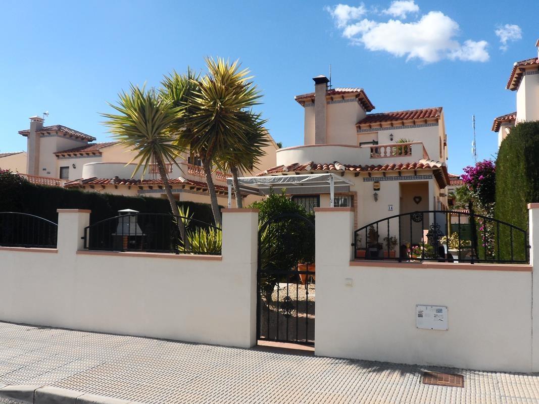 Отдельная вилла с открытым видом на продажу в El Raso, Guardamar del Seguea.