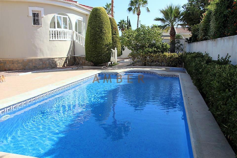 Отдельностоящая вилла с частным бассейном на продажу в Ciudad Quesada.