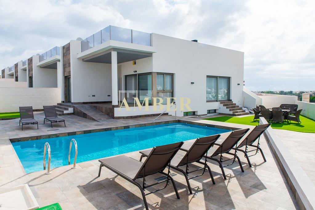 Новые виллы с частным бассейном на продажу в Orihuela Costa.