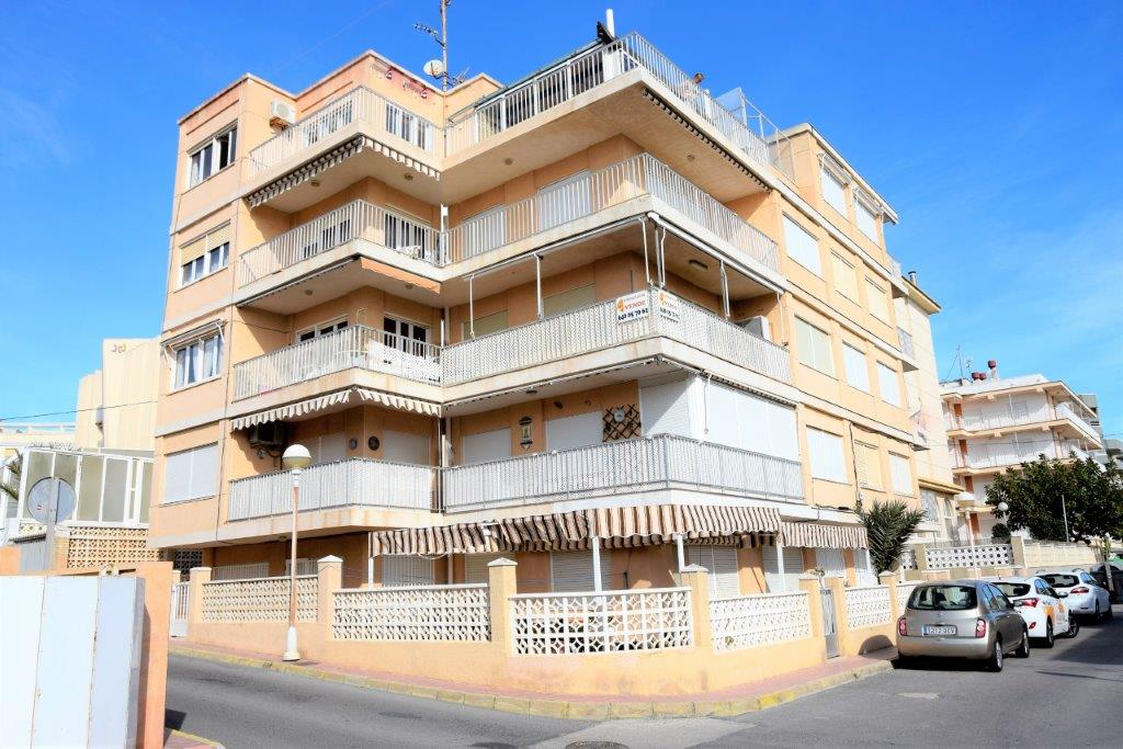 Квартира на втором этаже с видом на море на продажу в Guardamar del Segura, Alicante.