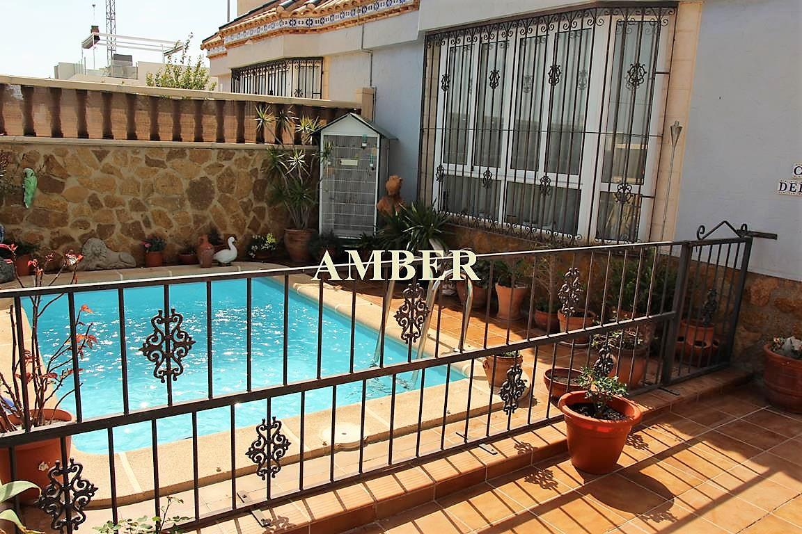 Таунхаус с частным бассейном на продажу в Villamartin, Orihuela Costa.