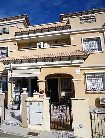 Продается таунхаус с видом на юг в Villamartin, Orihuela Costa.