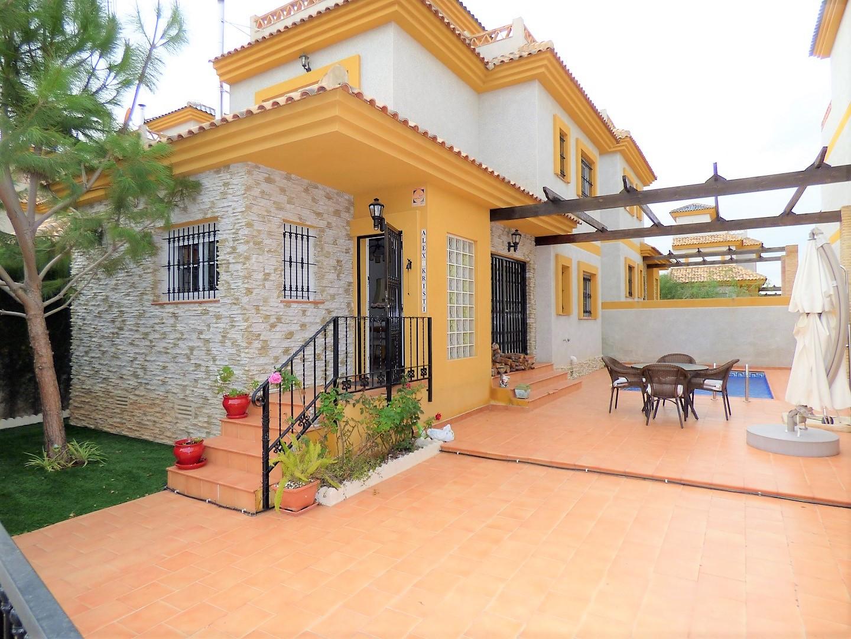 Oтдельностоящий дом в Лос-Монтесинос с частным бассейном